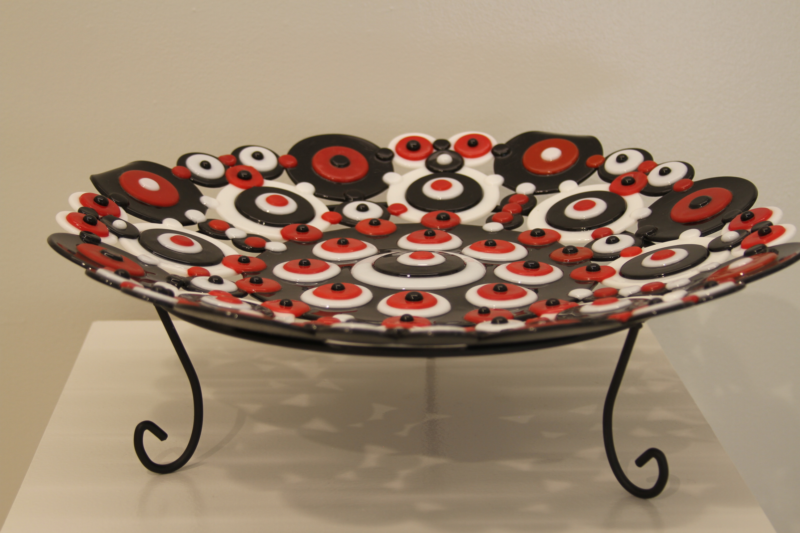 Mid-Centuries Circle Plate on stand (2)