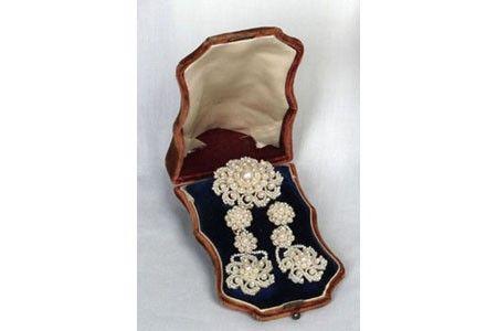 Brooch and earrings, ca. 1820-1900