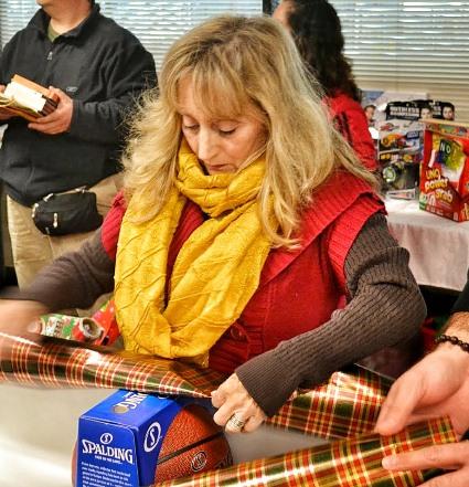 Volunteer Giftwrapping - Robin