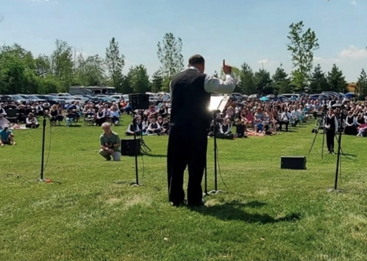 Ontario congregation charged for holding outdoor services after church locked by court order
