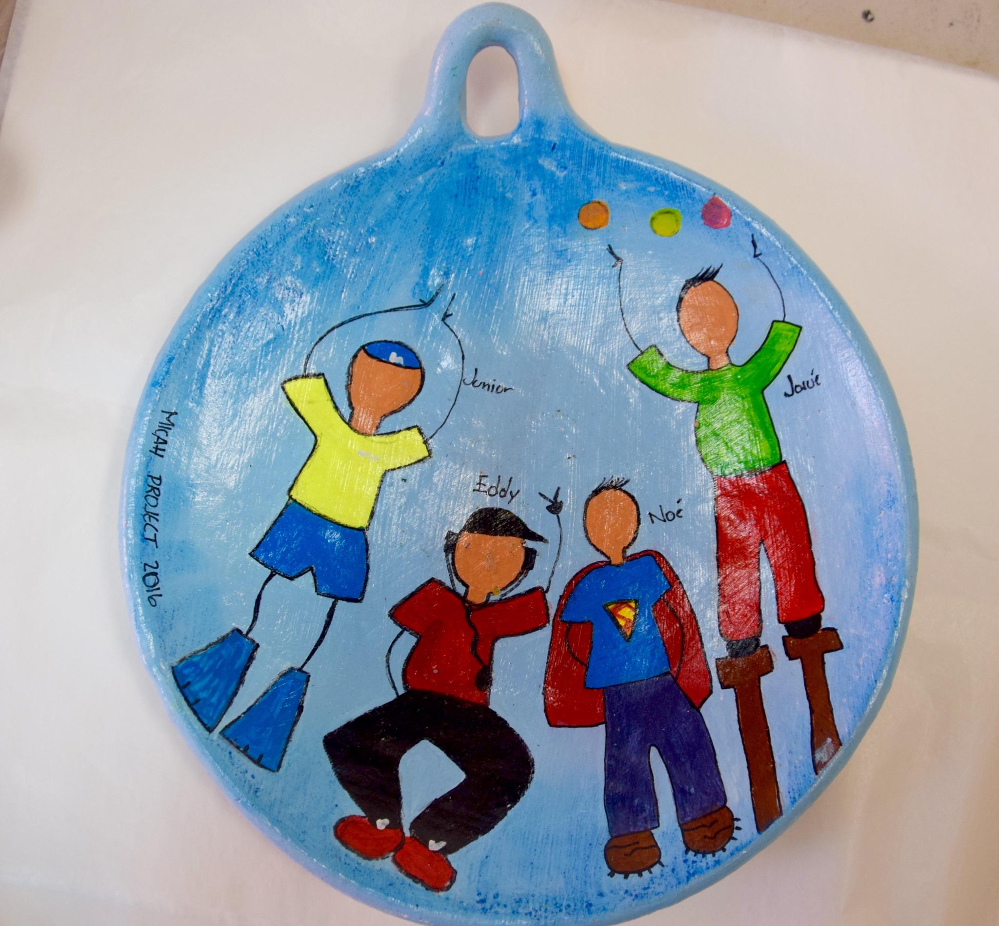En la clase de arte, hicieron dibujos de recuerdo para algunos de nuestros huéspedes.