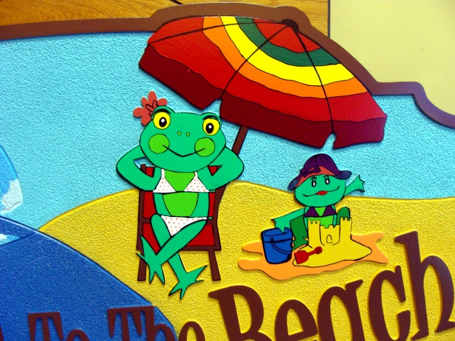 L21072 - Beach House Sign with Beach Scene and Frogs