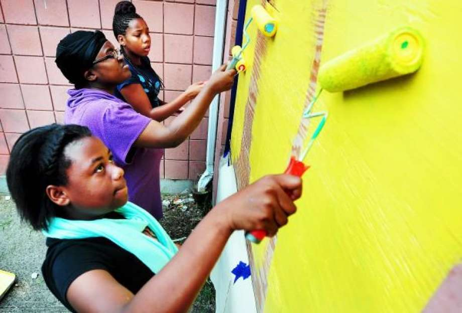 Teens helping turn New Haven housing complex into a place of beauty