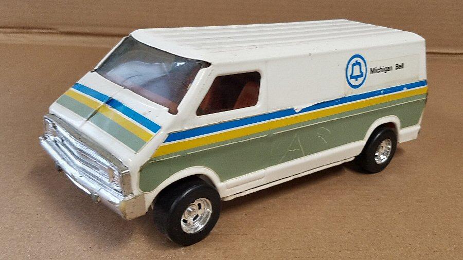 Ertl Large 1/18 Scale Metal Dodge Van - White (Michigan Bell)