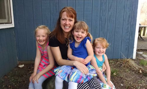 Photo of Leslie Thompson and her three young daughters