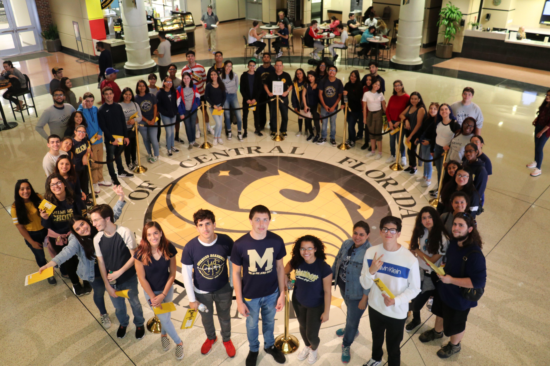 迈阿密高中的学生参观中佛罗里达大学.