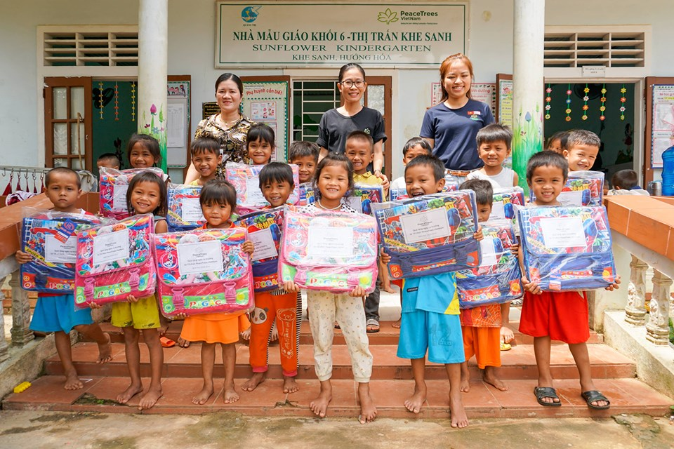 PeaceTrees Vietnam presents gifts for children ahead of new school year