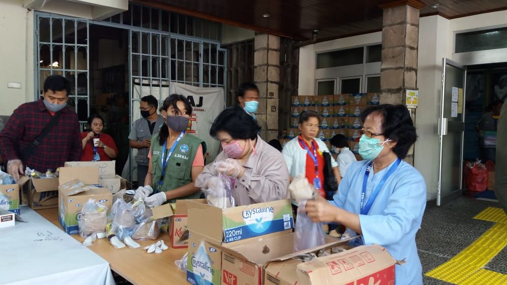 Sister Maria Tuminah helps to distribute supplies in Jakarta