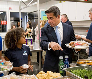 Superintendent Carvalho enjoys a healthy lunch with students