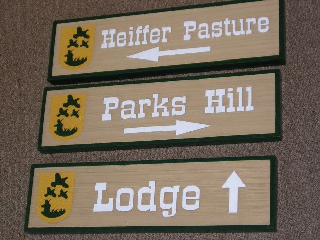 O24892 - Directional Signs for Hunting Lodge with Hunter and Game Birds