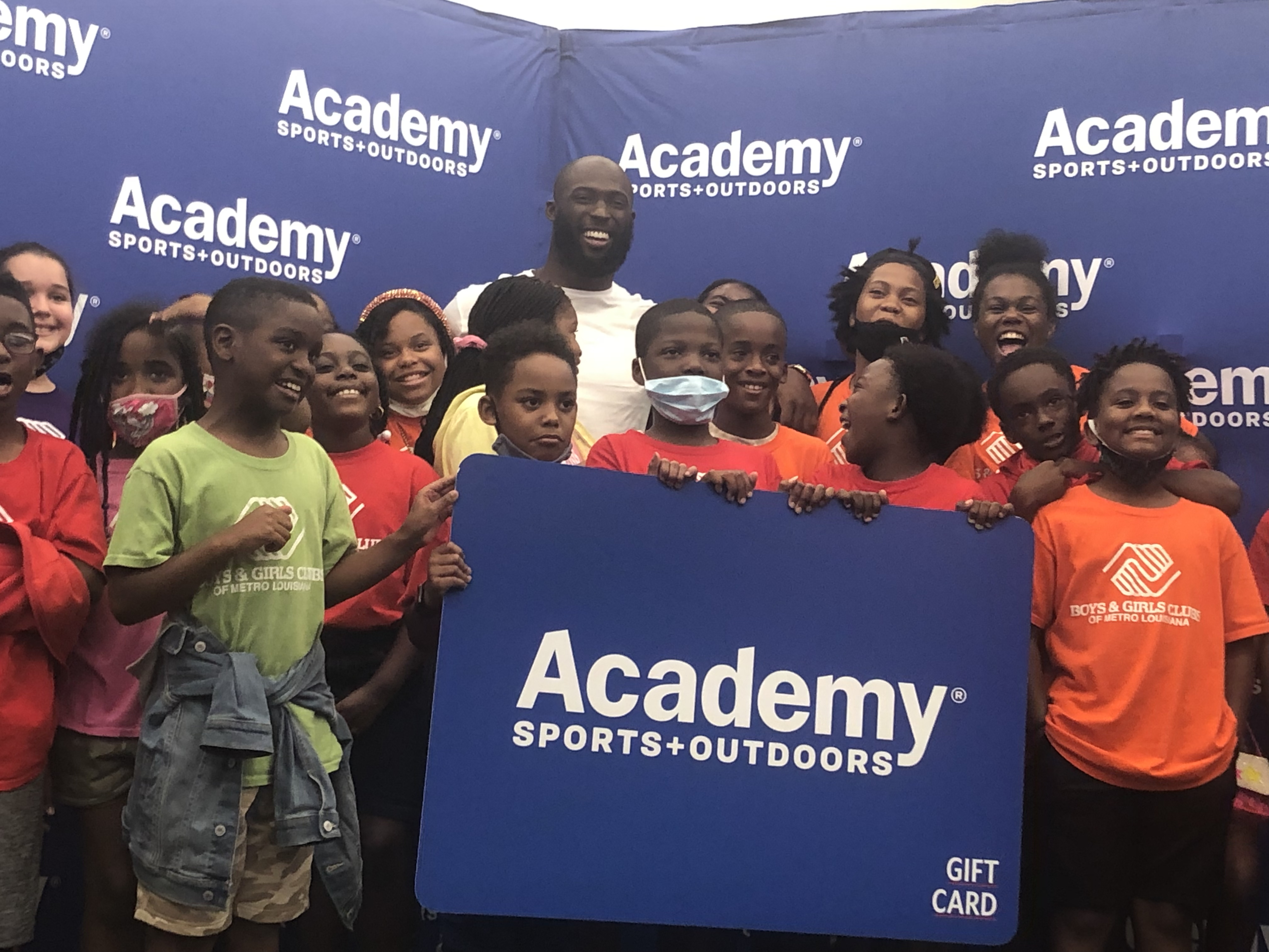 Leonard Fournette Surprises Local Youth Athletes with $2,500 Shopping Spree