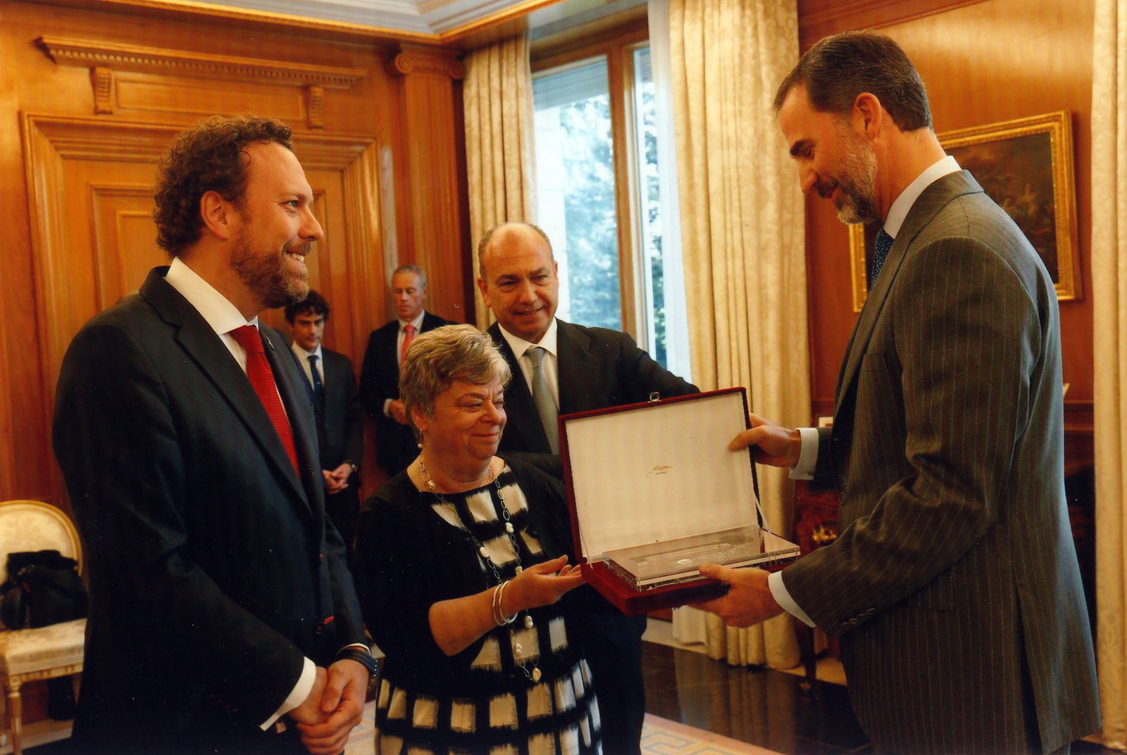 Doreen presenting Spain's King Felipe with a symbolic key from the International Sephardic community.