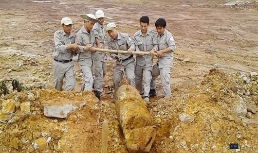 Workers unearth large bomb in Quang Tri